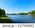 若葉と新緑の公園と湖面に映える景観 22756862