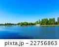 若葉と新緑の公園と湖面に映える景観 22756863