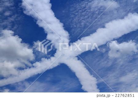 十文字に交差する飛行機雲 22762851