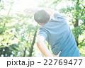 森のなかの男性 22769477