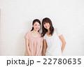 寄り添う笑顔の女性 22780635