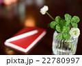 オシャレなテーブルの上の四つ葉のクローバーと手帳 22780997