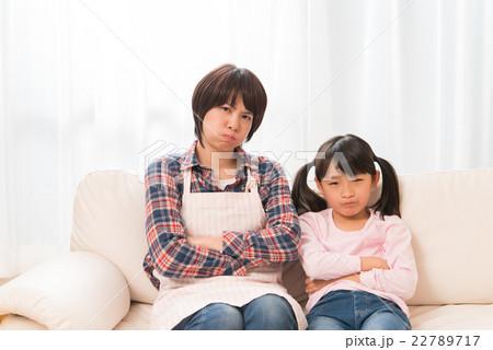 怒る母と娘 22789717
