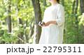 双眼鏡と女性 22795311