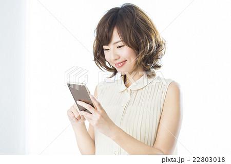 若い女性 スマホ 22803018