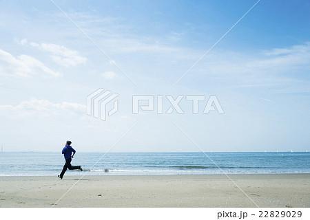海岸をランニングする若者 22829029