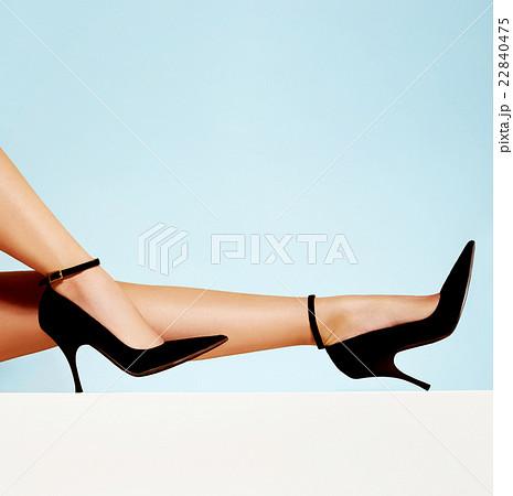 美しい足とハイヒール 水色バック 22840475