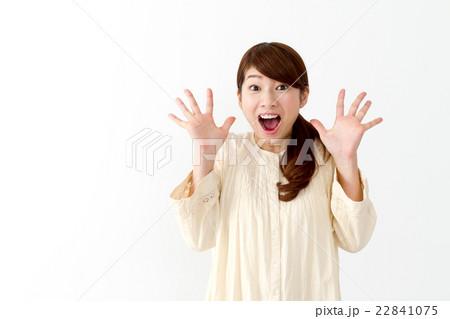 女性一人(表情 驚く) 22841075