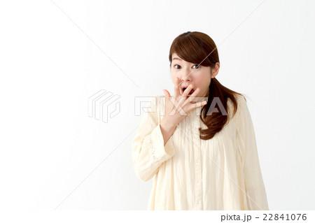 女性一人(表情 驚く) 22841076