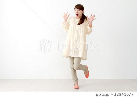 女性一人(表情 驚く) 22841077