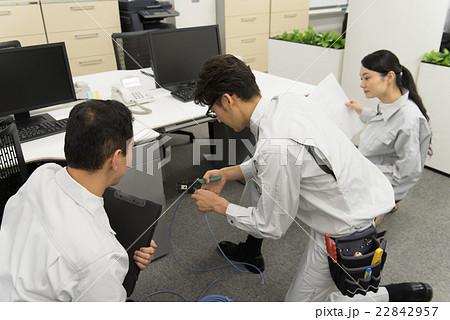 LAN工事をする技術者 22842957