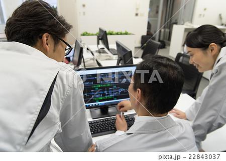 ディスプレイを見て打ち合わせする技術者の写真素材 [22843037] - PIXTA
