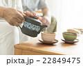 お茶を飲むシニア夫婦 22849475