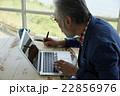 パソコン操作をするシニア男性 22856976