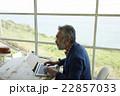 パソコン操作をするシニア男性 22857033