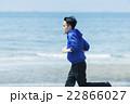 海岸でランニングする若者 22866027