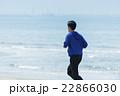 海岸でランニングする若者 22866030