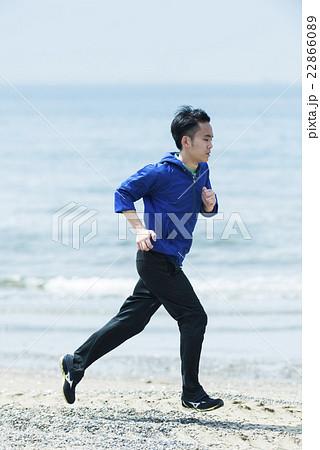 海岸でランニングする若者 22866089