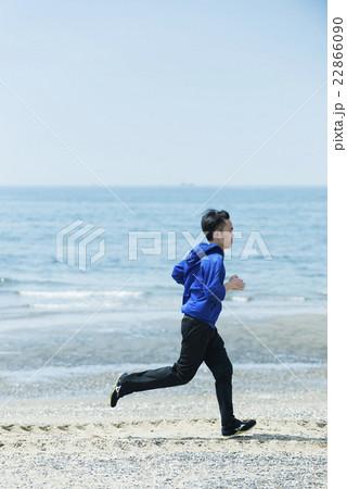 海岸でランニングする若者 22866090