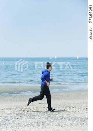 海岸でランニングする若者 22866091