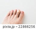 絆創膏と足指 白バック 22866256