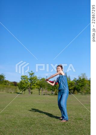野球をして遊ぶ女性 22867295