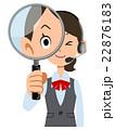 ヘッドセットを装着した制服着用の女性会社員が虫眼鏡で見る 22876183