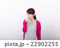 咳をする女性 22902255