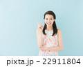 ワンピースの女性(青背景) 22911804
