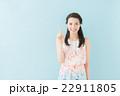 ワンピースの女性(青背景) 22911805