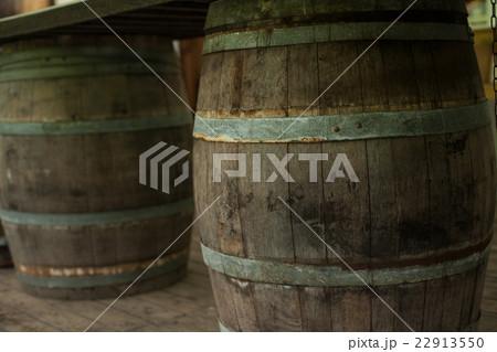 アンティーク調の古いワイン樽 22913550