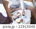 朝食を食べるカップル 22915046