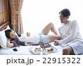 朝食を食べるカップル 22915322