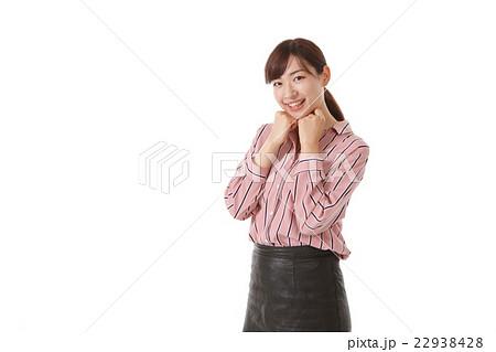 ぶりっ子ポーズの若い女性 22938428