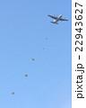 飛行機とパラシュート 22943627