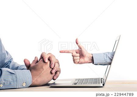 ノートパソコンの画面から出ている手,指差し 22944789