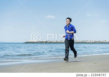 海岸でランニングする若者 22948747