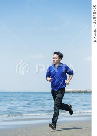 海岸でランニングする若者 22948750