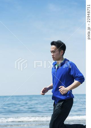 海岸でランニングする若者 22948751