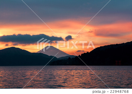 富士山  (3月  芦ノ湖  夕景) 22948768