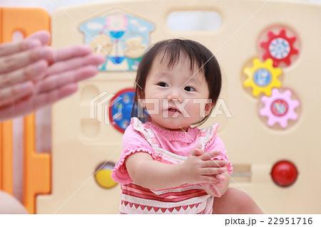保育園 (手拍子 拍手 合掌 手 保育 道徳 赤ちゃん 仕事 ビジネス 保育士 園児) 22951716