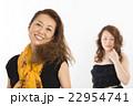 黒いドレスを着たお洒落な二人の女性 22954741