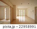 住宅 リビングダイニングルームと和室 タテ長FIXデザイン窓あり シンプル家具なし施工例 22958991