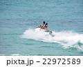 ジェットスキーを楽しむカップル 22972589