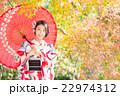 紅葉と着物を着た女性 22974312