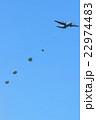 飛行機とパラシュート 22974483