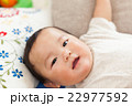 赤ちゃん 人物 寝ころぶの写真 22977592
