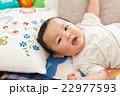 赤ちゃん 人物 寝ころぶの写真 22977593