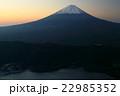 御坂山地・雪頭ヶ岳から夜明けの富士山と西湖 22985352