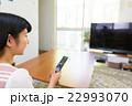 女性 リモコン チャンネルの写真 22993070